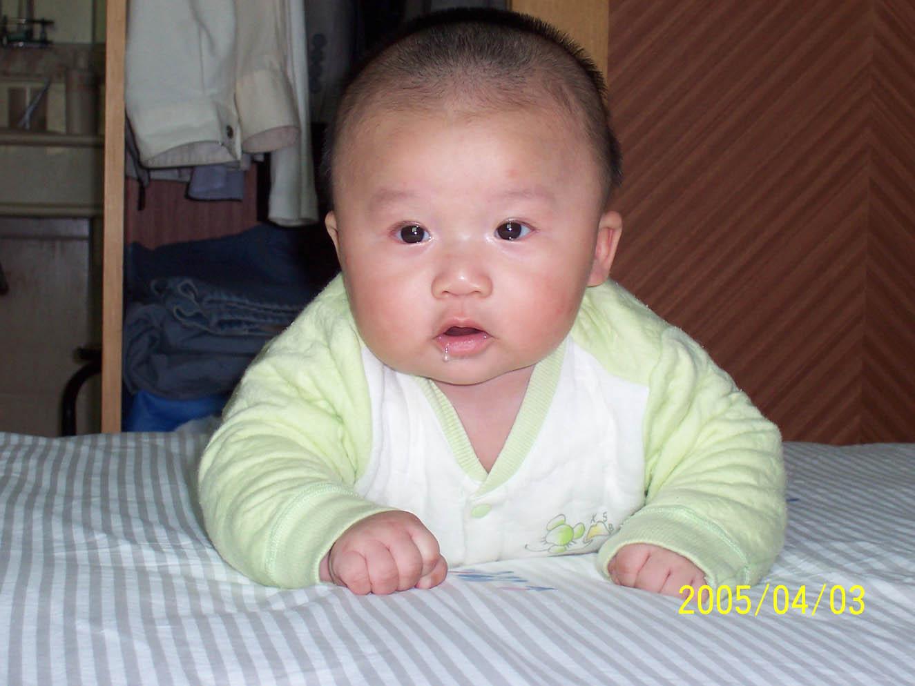 我家的宝宝四个月就长牙了,看他流口水的样子真可爱.