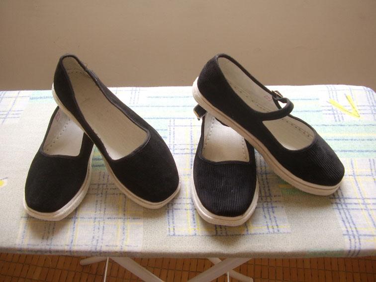 爷爷穿圆口布鞋
