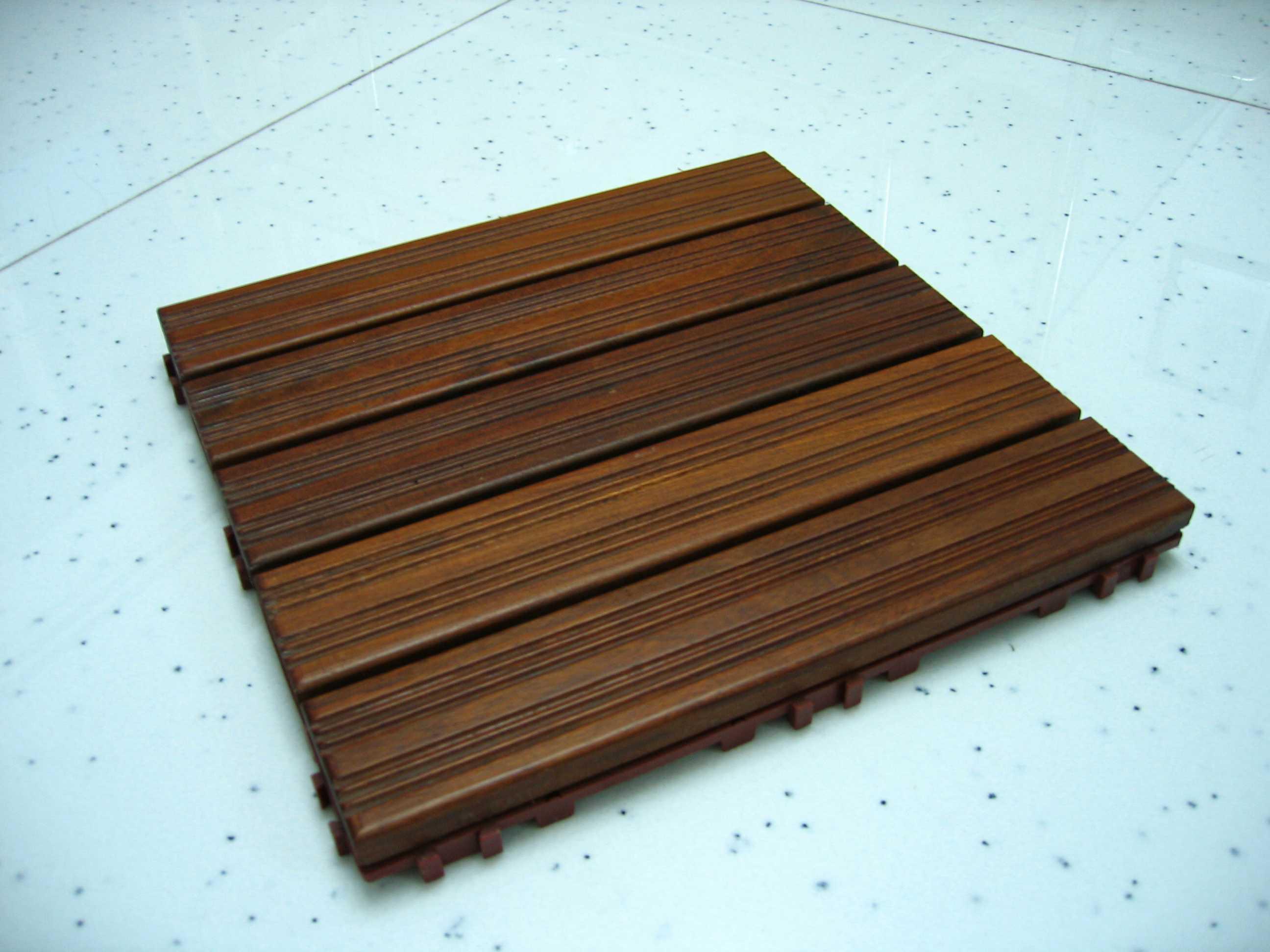 姐姐家装修,剩余一些材料,看看这里有没有JM合用的哈, 先来防水木地板,借一段网上的介绍, 防水木地板表面的沟槽设计能够起到防滑、按摩的作用。木地板下面还有一层特殊的网 状塑料支架可以令排水顺畅,上下两层以插接式连接,易于安装、拆卸,方便清洗。 这种拼装出的浴室地面极富自然朴实的美感,踏入浴室也可以像在卧房一样光着脚丫, 不再有冰凉的感觉了。方形防水组合木地板,非常适合铺装在潮湿的浴室里,底层用塑胶垫 安装,拆卸很方便,不需要什么特殊保养,稳定性很高 来看看正面,尺寸是31.