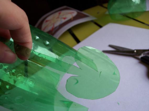 雪碧瓶利用 做花篮   废物利用 靖瑶手工网  (314x230); 剪出叶子形状