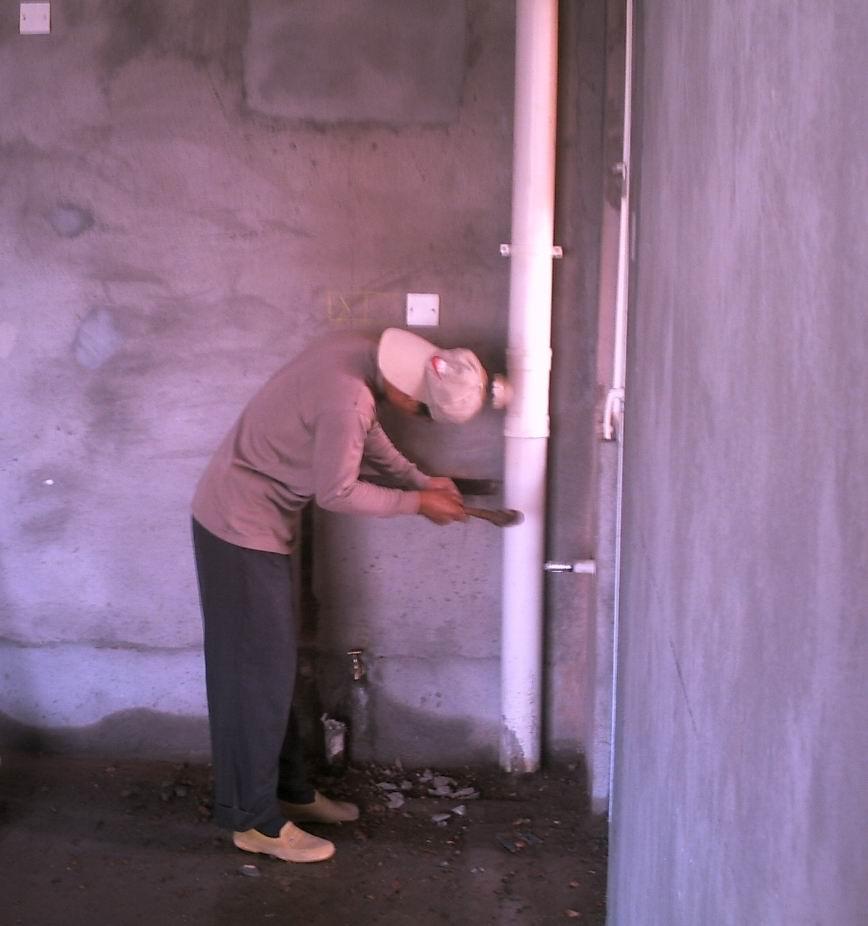 装修正式开始,泥水工人在改水电