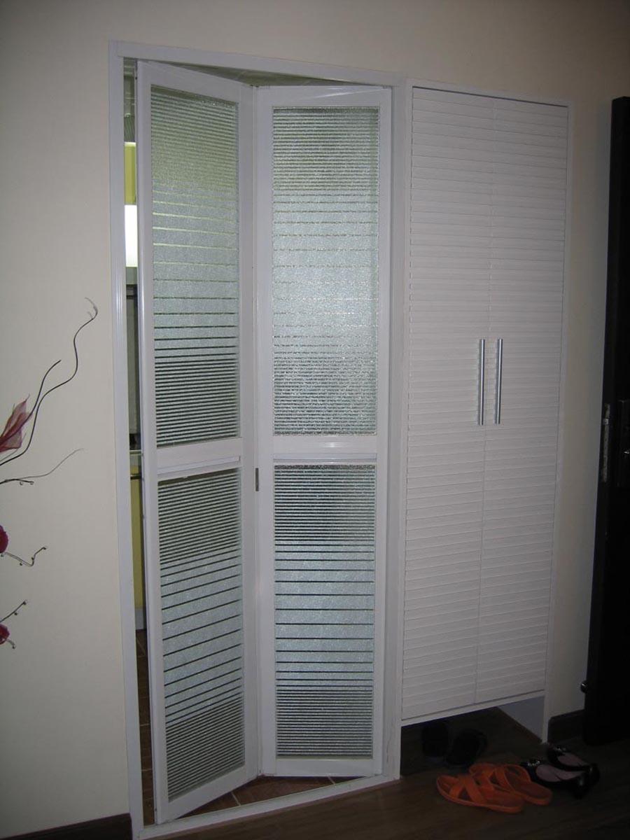 进门鞋柜和厨房门一体的装修效果图