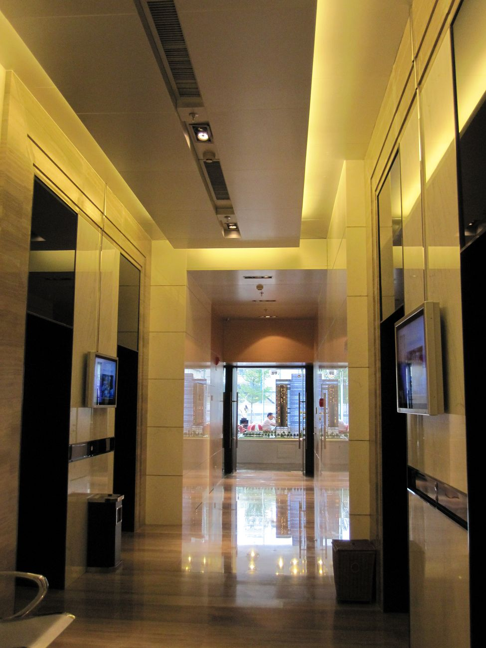 看看鸿隆世纪超豪华大堂和电梯间