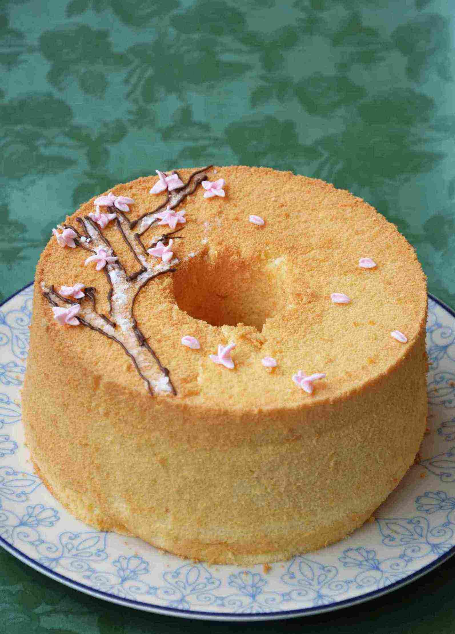 简单装饰的戚风蛋糕