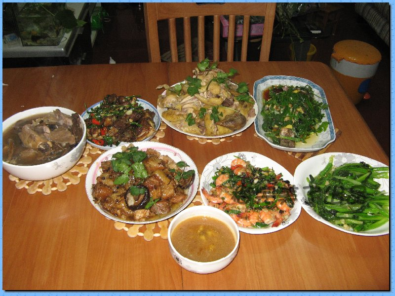 中国人习惯说年夜饭,我晒的其实不是夜饭,是今儿个大年三十中午的年午饭,大家也一起来晒晒吧 我来晒我家的,公婆老公和我,四个人,婆婆主厨,十二个菜一个汤,按照片顺序菜名排列如下: 珍珠丸子,蒜蓉菜心,尖椒鱿鱼丝,清炒豌豆,香煎带鱼,虫草百合鸡汤,炒香干,炸凤尾虾(一上桌就被夹走了几个),粉蒸鲢鱼,啤酒鸭,清炒菠菜,木耳鱼丸,熏蒸腊肉