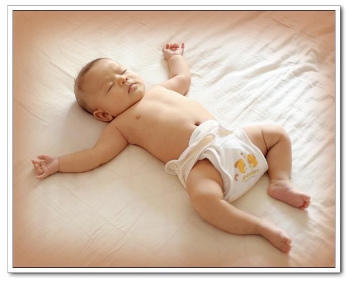 婴儿最佳睡姿 婴儿卧睡姿图解 婴儿侧身睡睡姿图