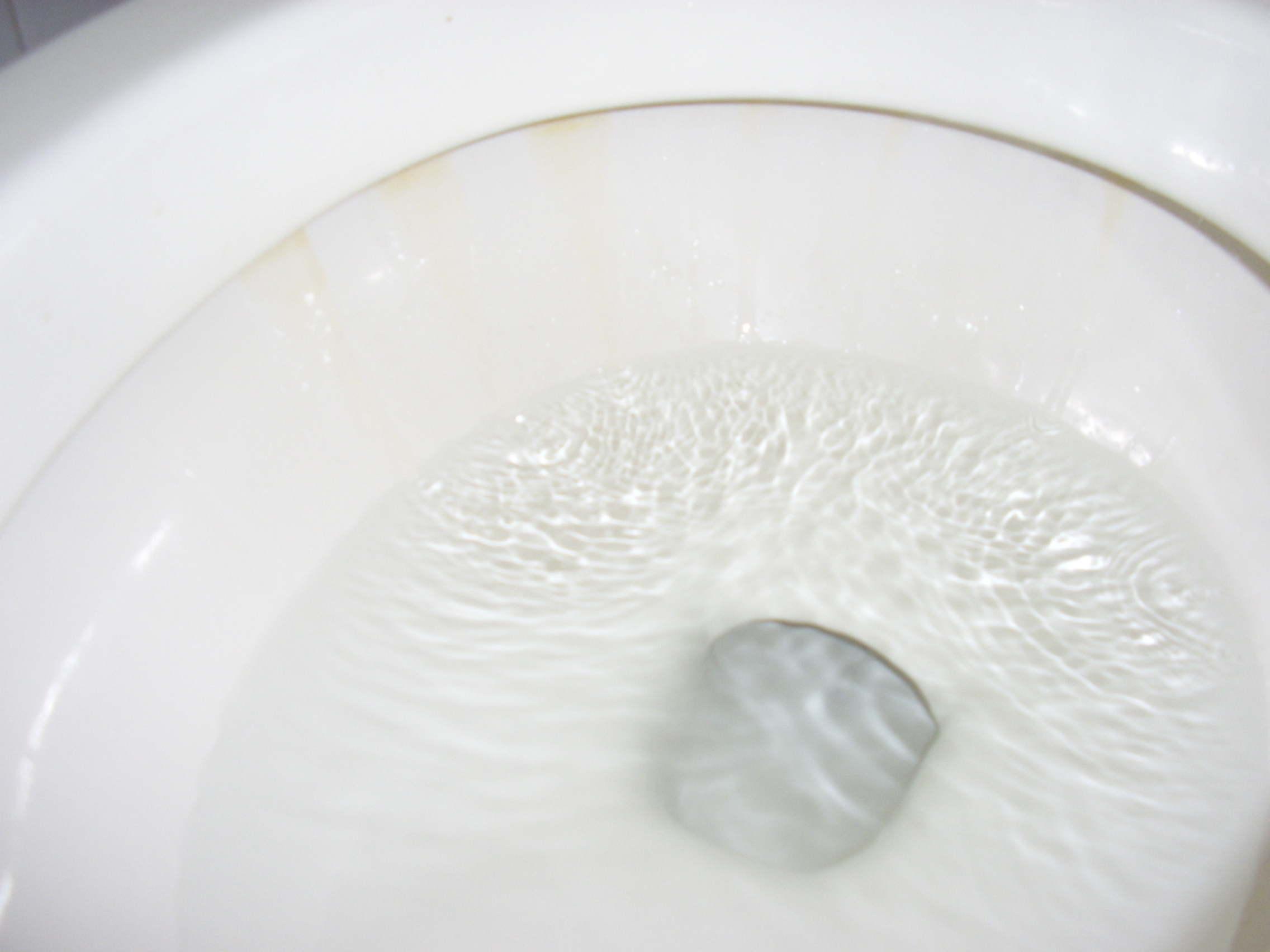 遇到这样漏水的马桶,您见过吗?