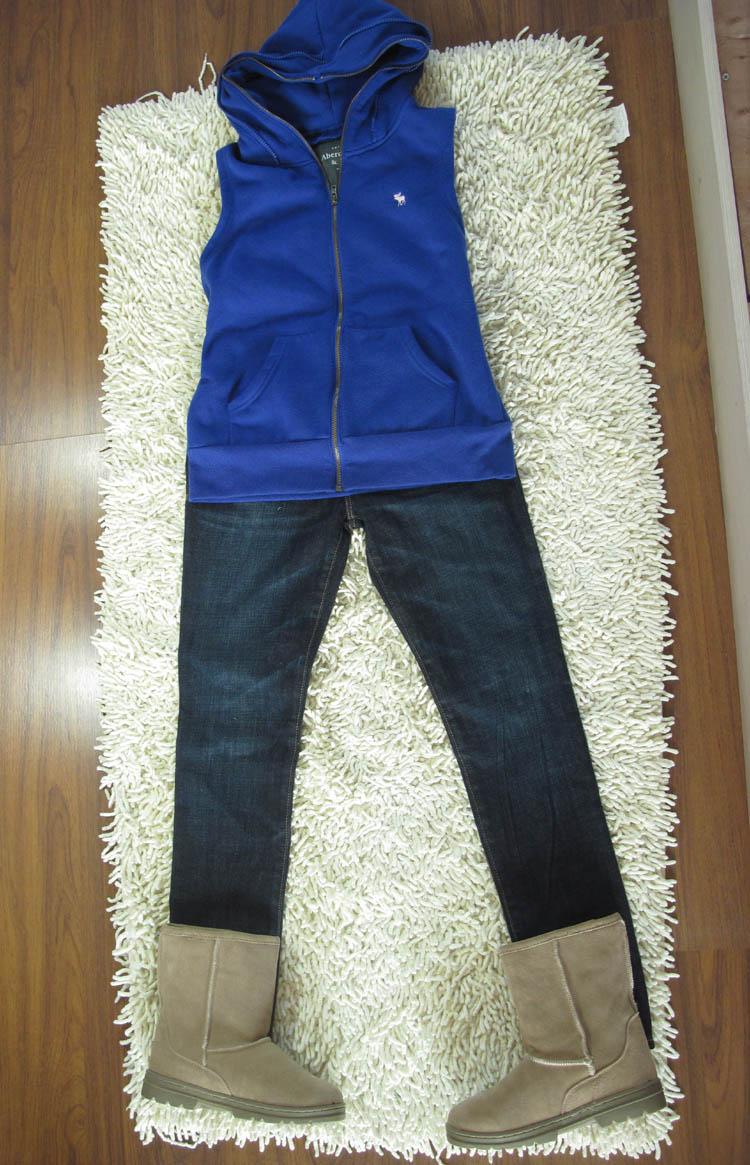 深蓝色雪地靴搭配裤子