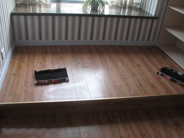 半圆木线一般为原木色,如果跟地板颜色不相同,还得自己找油漆刷上颜色
