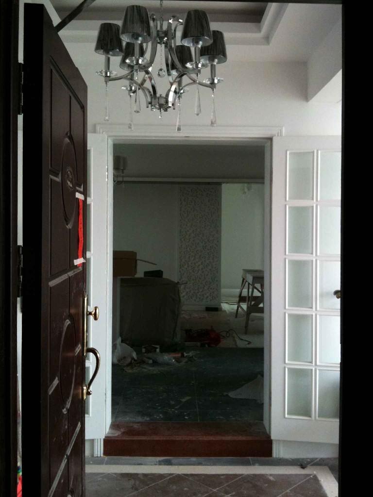 客厅部份了再来一张进门的相片,进门是玄关,左边是鞋柜和杂物高清图片