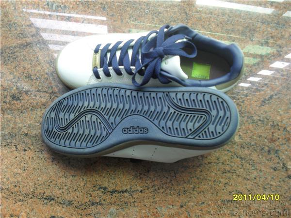 全新阿迪运动鞋
