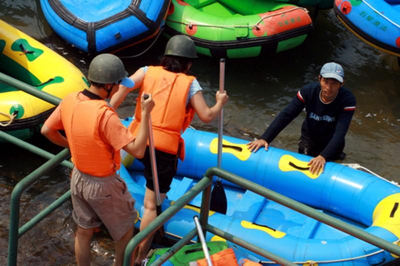 佳天下旅游公司组织职工赴清远古龙峡漂流一天游