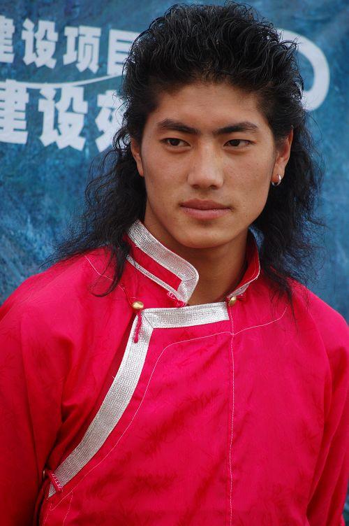 梅里雪山长大的藏族小帅哥