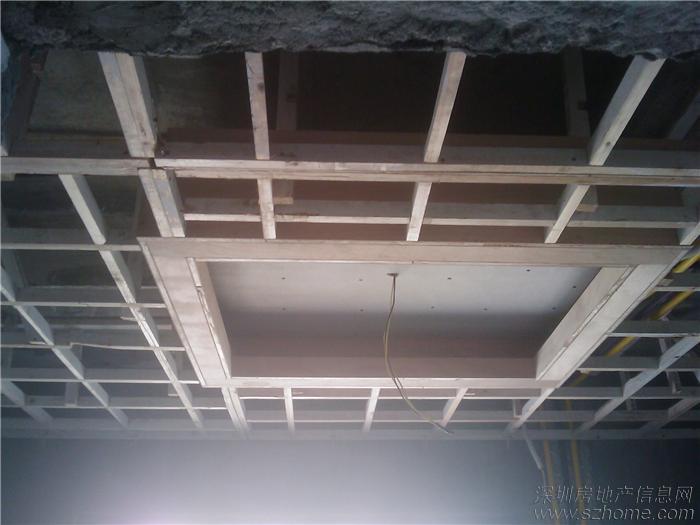 这是卫生间天花吊顶,够创意,天花上有冷热水管,紫色管子就是他们