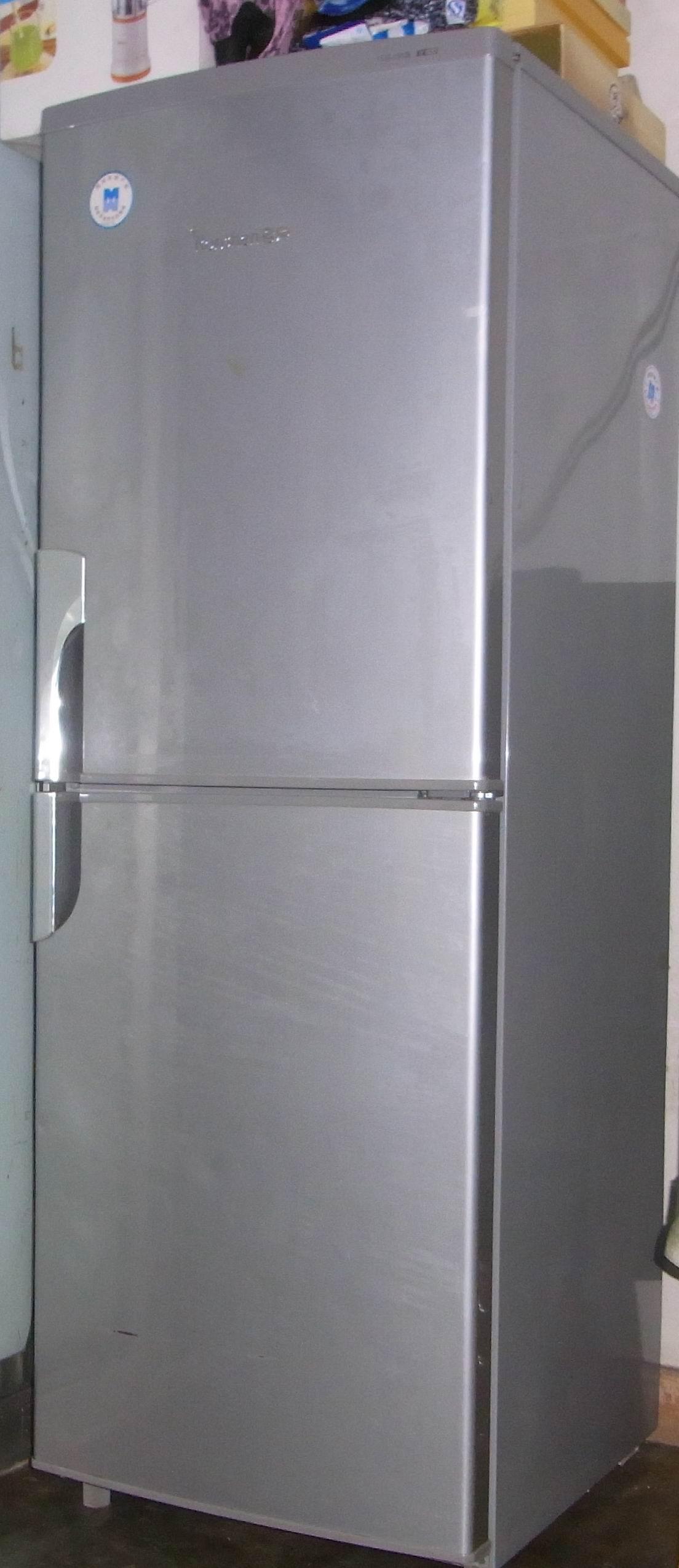 一个海尔牌洗衣机,一个容声180升电冰箱和一个纯平电视机,床,玻璃茶几
