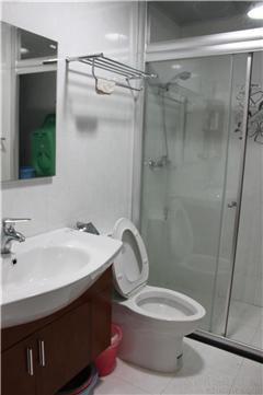 马桶和淋浴房都是恒洁的